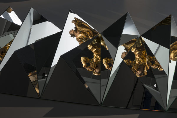 Carla Arocha e Stéphane Schraenen, Circa Tabac (dettagli), 2007, courtesy the artists, e Johann Georg Pinsel, St. John the Apostle and Our Lady (dettaglio), 1758, courtesy Lviv National Gallery, Ucraina. Foto: Alex Salinas, 2018.