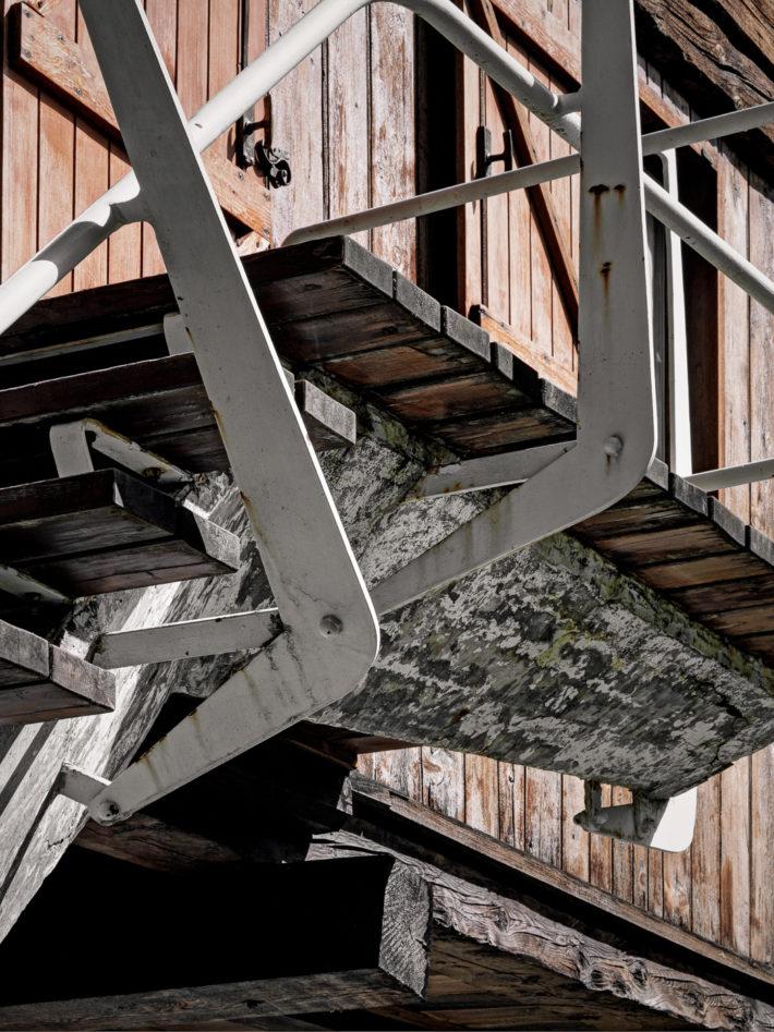 Particolari della scala esterna. Foto: © Marcello Mariana.