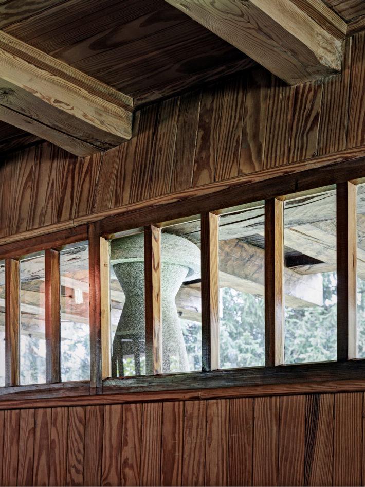 Particolari della finestratura a nastro che percorre il perimetro del basamento. Foto: © Marcello Mariana.