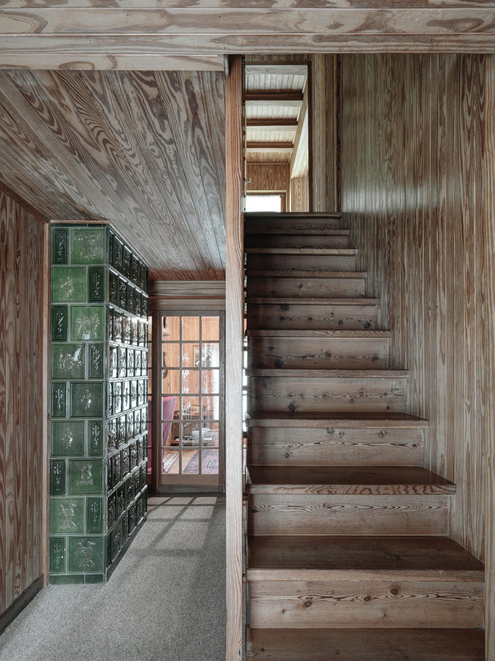 The wooden staircase on the second floor leading to the bedrooms on the upper floor. Photo: © Marcello Mariana.