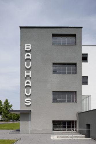 Walter Gropius, edificio del Bauhaus a Dessau, 1925-26, vista da sud. Foto: © Tadashi Okochi, Pen Magazine, 2010, Stiftung Bauhaus Dessau.