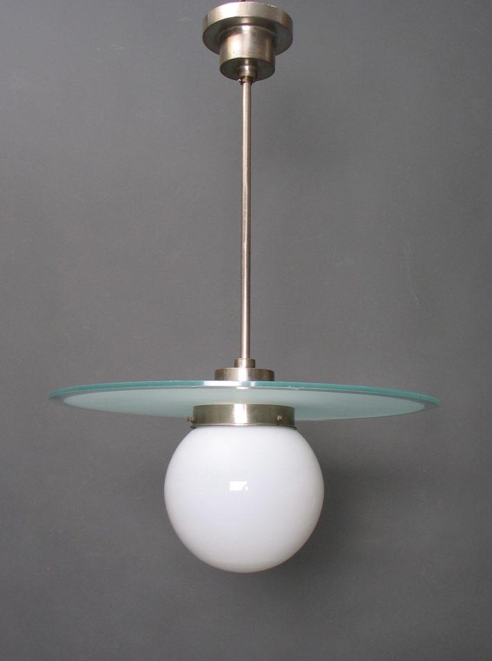 Willem Hendrik Gispen, Giso 22, lampada a sospensione, 1927, vetro opalino, rame cromato, prodotta presso la Fabriek voor Metaalbewerking di Gispen, Rotterdam. Museum Boijmans Van Beuningen. Foto: © Ad van den Bruinhorst.