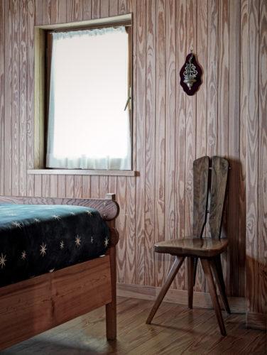 Scorcio di camera da letto con gli arredi su disegno di Mollino. Foto: © Marcello Mariana.