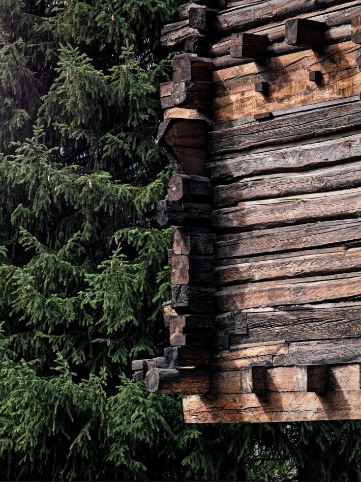 Detail of the interlocking logs (Blockbau) at the corner. Photo:© Marcello Mariana.