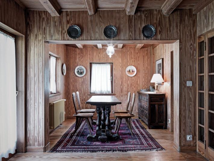 La sala da pranzo con le sedie disegnate da Mollino su modello di quelle per la Casa del Sole di Cervinia. Foto: © Marcello Mariana.