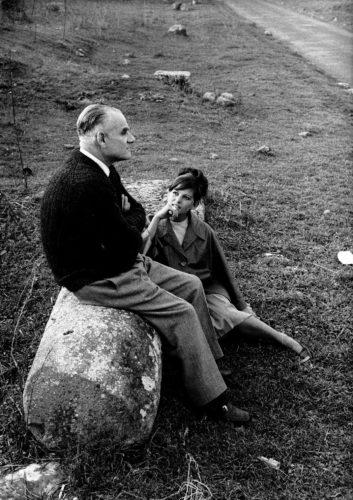 """Alberto Moravia e Claudia Cardinale, dalla serie """"Gli incontri impossibili"""" pubblicata su Tempo, 1961-62. Foto: Paolo Di Paolo, © Archivio Paolo Di Paolo."""