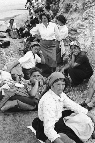 Sosta delle pellegrine, Passo delle Tre Croci, tra Molise e Campania, a sud di Cassino, 1957. Foto: Paolo Di Paolo, © Archivio Paolo Di Paolo.