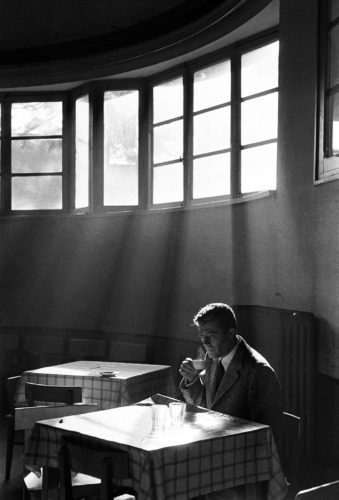 Marcello Mastroianni, senza data. Foto: Paolo Di Paolo, © Archivio Paolo Di Paolo, Courtesy Collezione Fotografia MAXXI.