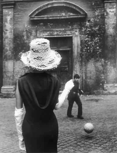 Foto di moda, Tor di Nona, Roma, 1957-58. Foto: Paolo Di Paolo, © Archivio Paolo Di Paolo.