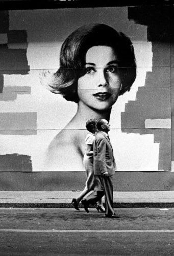Passeggiata a via Monte Napoleone, Milano, 1962. Foto: Paolo Di Paolo, © Archivio Paolo Di Paolo.