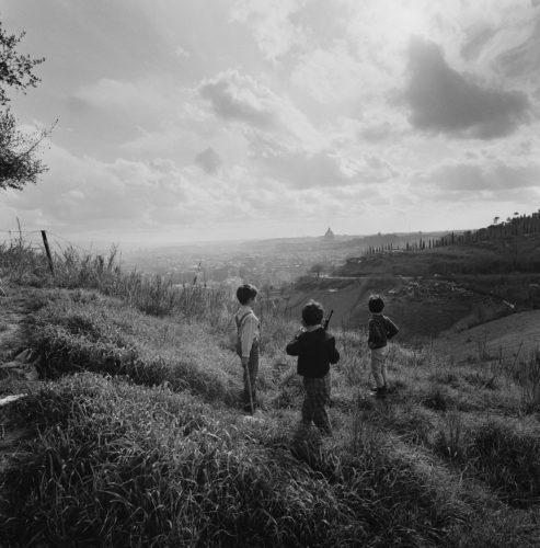 I piccoli guerrieri di Monte Mario, Roma, 1954. Foto: Paolo Di Paolo, © Archivio Paolo Di Paolo.