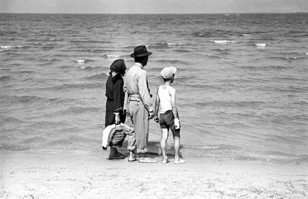 """Tra Rimini e Bellaria, foto tratta dal reportage """"La lunga strada di sabbia"""", 1959. Foto: Paolo Di Paolo, © Archivio Paolo Di Paolo, Courtesy Collezione Fotografia MAXXI."""