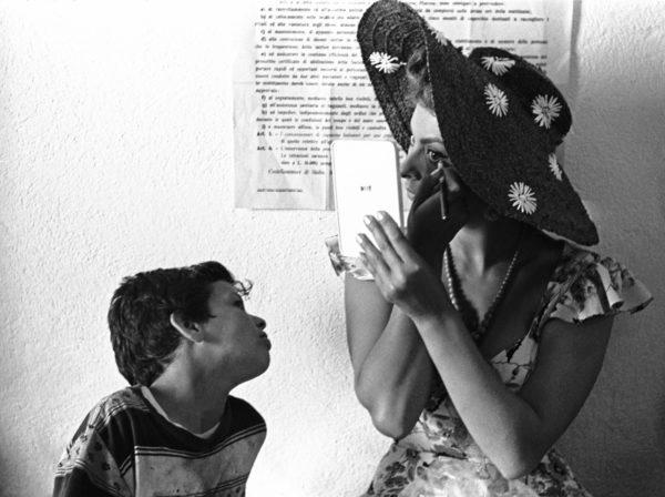 """Sofia Loren sul set di """"Pane, amore e..."""", Pozzuoli, Napoli, 1955. Foto: Paolo Di Paolo, © Archivio Paolo Di Paolo."""