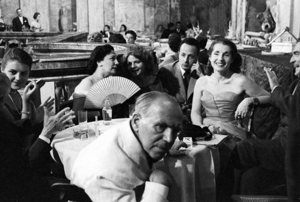 Maria Bellonci con il ventaglio, Elsa Morante, Giorgio Bassani, Palma Bucarelli e Paolo Monelli al Premio Strega, Roma, 1957. Foto: Paolo Di Paolo, © Archivio Paolo Di Paolo.