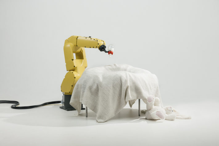 Stephan Bogner, Philipp Schmitt e Jonas Voigt, Raising Robotic Natives, Bottle Feeder, robot con allattatrice stampata 3D, 2016. Courtesy the designers.