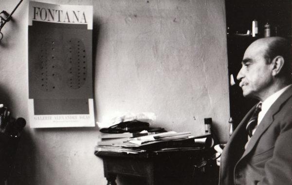 Lucio Fontana nel suo atelier, 1966. Foto: Giuseppe Loy, © Archivio Giuseppe Loy.