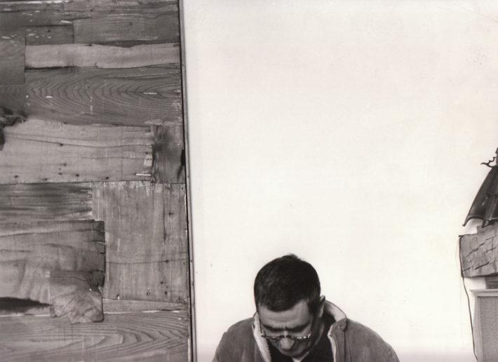 Alberto Burri nel suo atelier, 1966. Foto: Giuseppe Loy, © Archivio Giuseppe Loy.