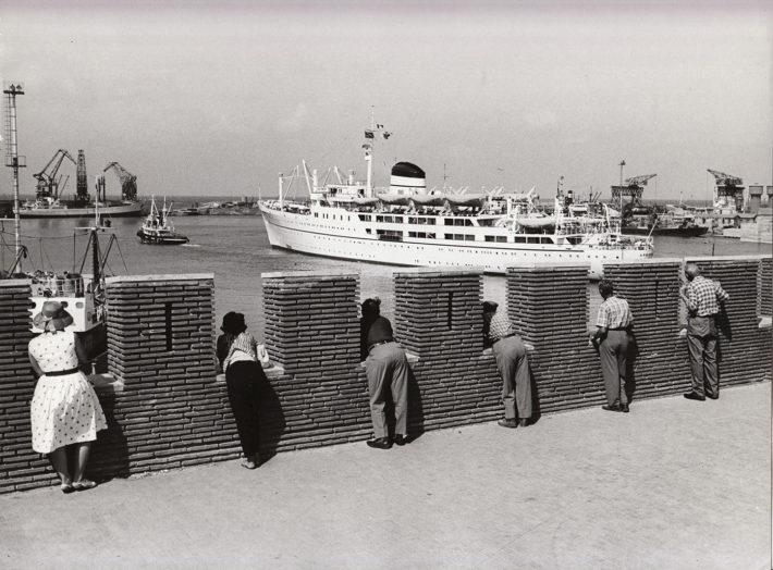 Porto di Civitavecchia, 1960. Foto: Giuseppe Loy, © Archivio Giuseppe Loy.