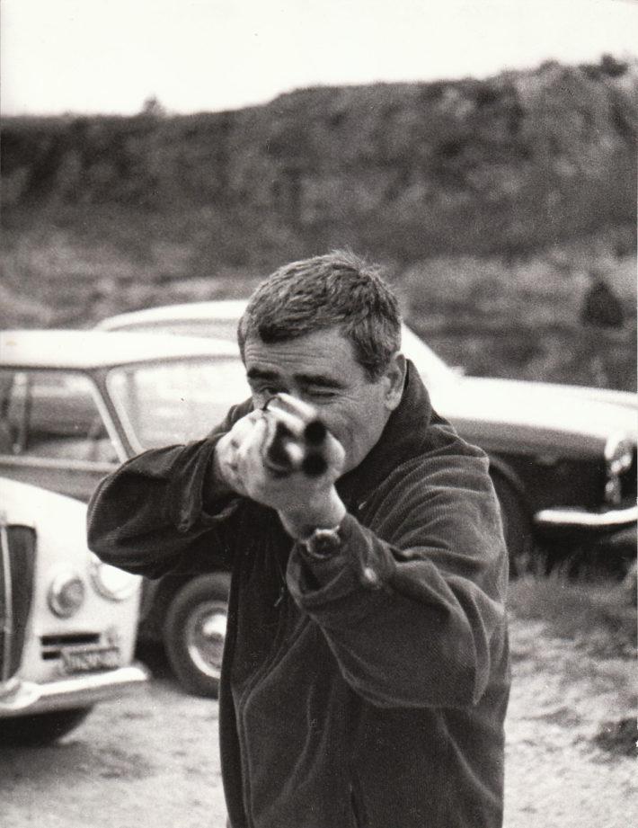 Alberto Burri, tiro al piattello, via Tiberina, Roma, 1966. Foto: Giuseppe Loy, © Archivio Giuseppe Loy.